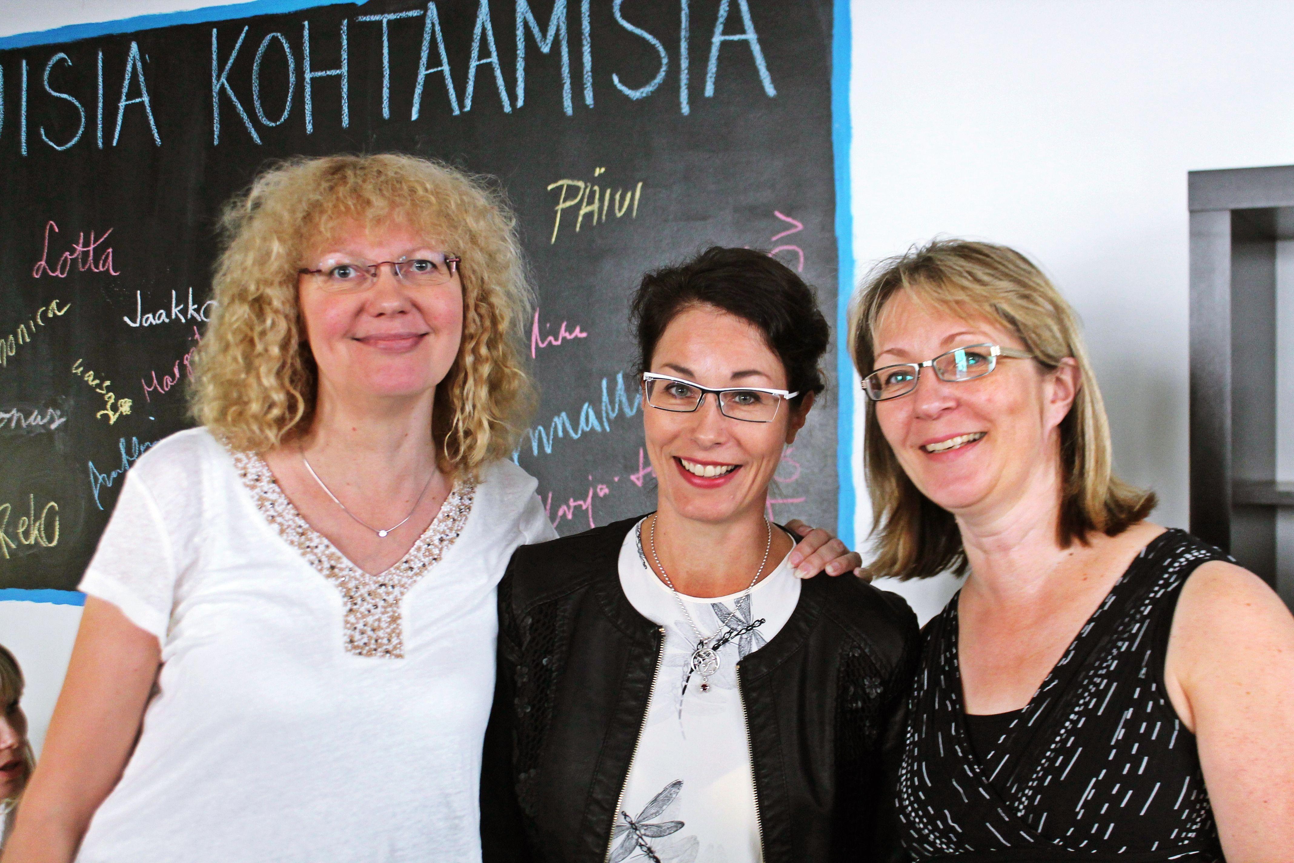 Kuntoutussäätiön asiantuntijat valmiina heittäytymään. Yhteiskuntatieteen alan tohtorit Riikka Shemeikka (vas.), Minna Mattila-Aalto ja Sirpa Mertala suhtautuvat monimutkaistuneen toimintaympäristön haasteisiin mahdollisuuksina. Haasteisiin vastaaminen edellyttää kehittävää mieltä ja innostuneiden kehittämisverkostojen rakentamista. Osaaminen laajenee luomalla uuttaa asiantuntijuutta yhdessä muiden kanssa. 8/2015