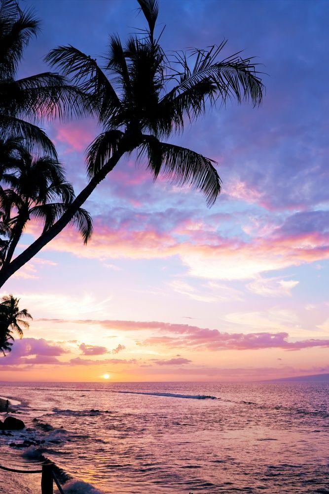Una colorida puesta de sol tropical en la playa de ...