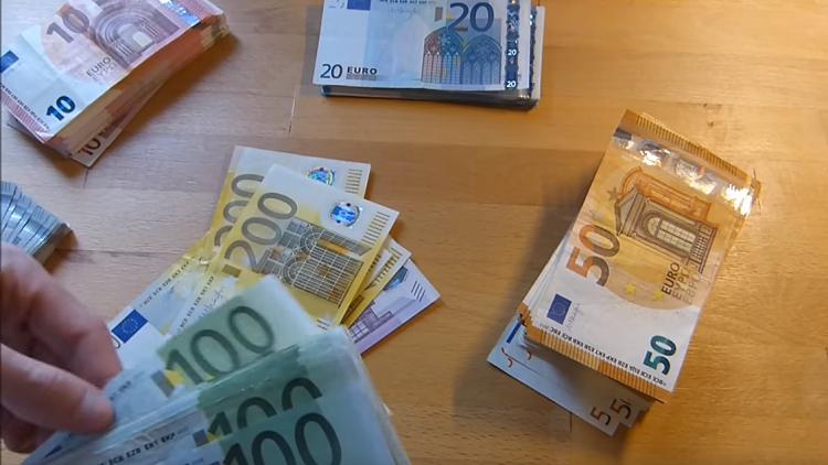 اليورو يسجل الاستقرار الإيجابي اليوم أمام الدولار الأمريكي 10 Things Euro Personalized Items