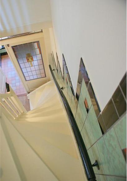 Tegels motief te zien langs de trap van deze jaren 39 30 huis in haarlem tegels jaren 30 - Deco hal binnenkomst huis ...