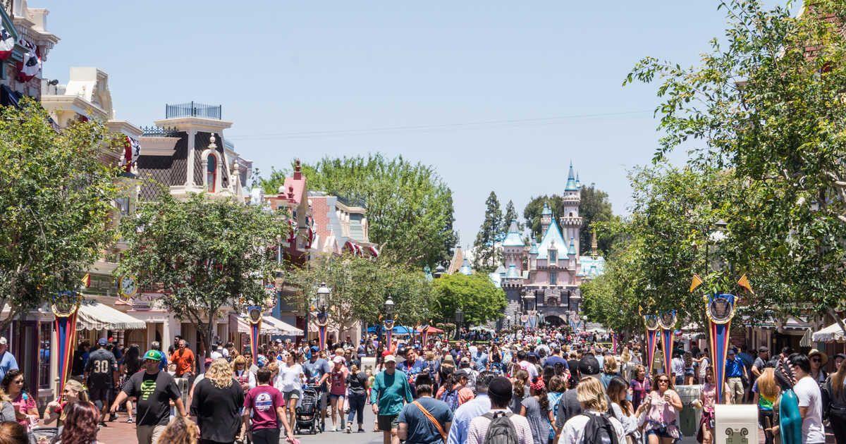 Disneyland S Post Holiday Rush Causes Massive Park Shutdown