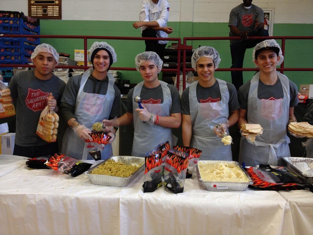 Midnight Red repartiendo comida en un comedor el Día de acción de gracias (28/11/2013)