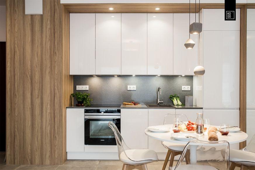 Foorni Pl Projekt Kodo Pl Biala Zabudowa Na Wysoki Polysk Polaczona Z Cieplym Odcieniem Drewna Kuchnia Zabudowa Kitchen Kitchen Cabinets Breakfast Bar