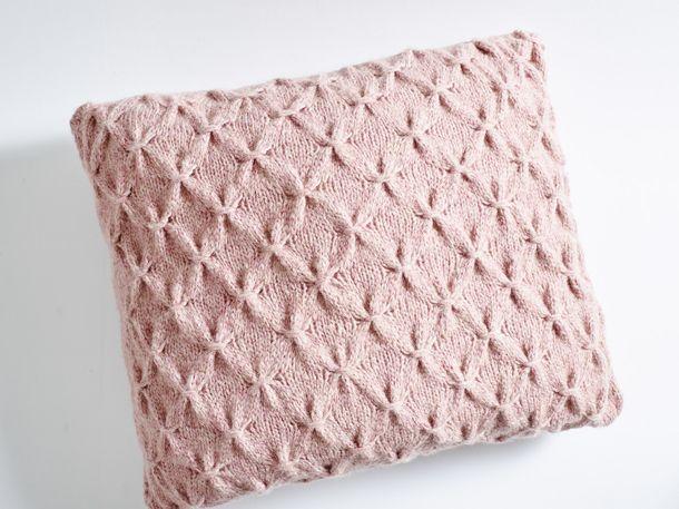 Anleitung: So strickt ihr diesen traumhaften Kissenbezug | Wunderweib #hobbys