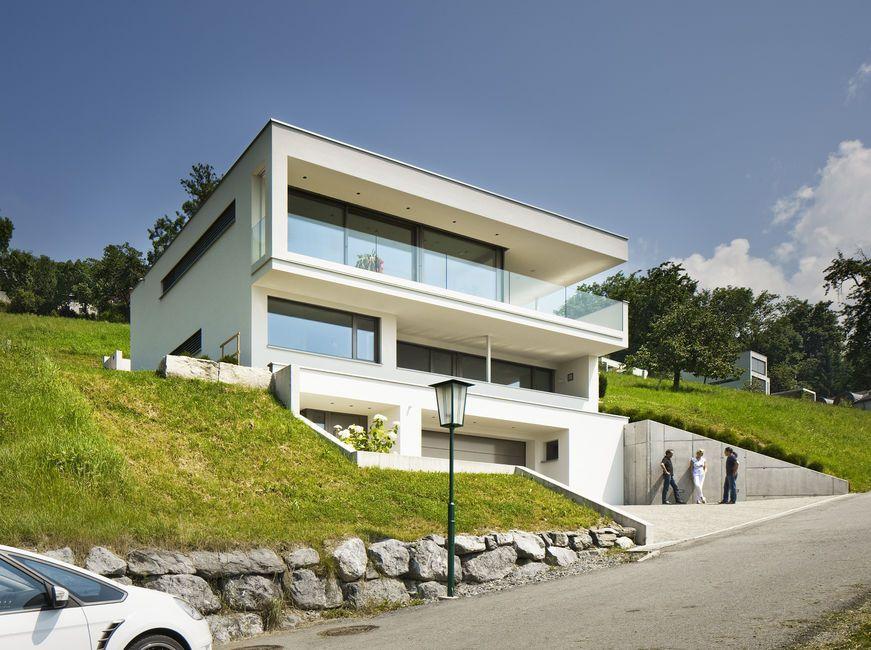 Einfamilienhaus hanghaus klaus modern edelstahlpool for Moderne cube hauser