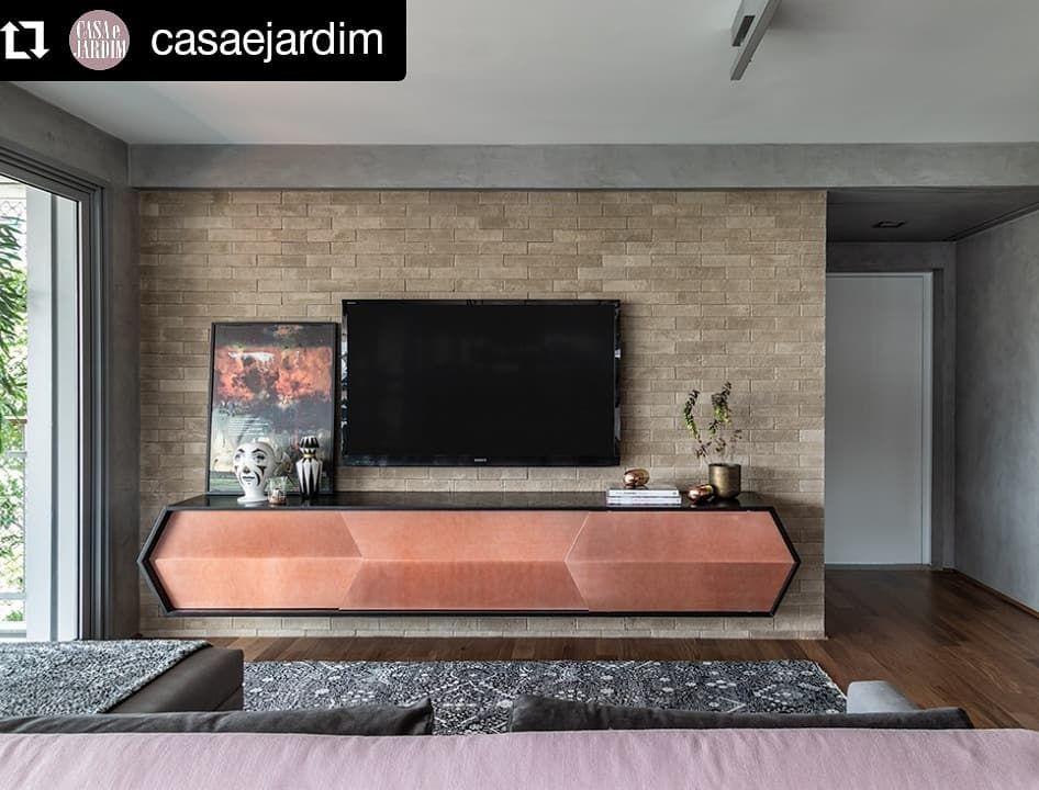 """Renata Spinelli Arquiteta on Instagram: """"#Repost @casaejardim • • • • • • #olhomágicoCJ @renataspinelliarquiteta Nesta sala de TV, o cimento queimado, tijolinho e luminárias…"""""""