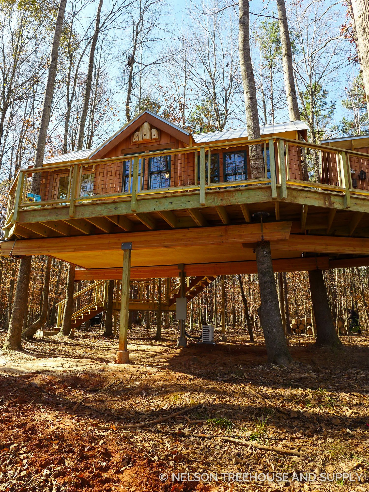 Tree House Is A Creative Idea From The Scaffold In Creating A Comfortable And Fresh Home Atmosphere Beautiful Tree Houses Tree House Designs Cool Tree Houses