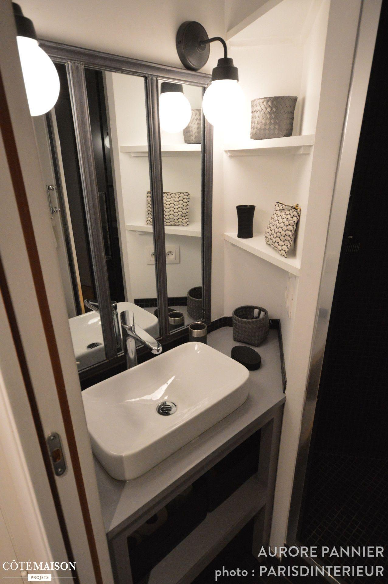 Petite salle de bains contemporaine dans espace alambiqu avec lavabo blanc et meuble gris - Petite salle de bain contemporaine ...