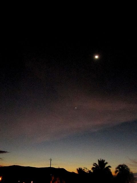 Cae la noche, llega la luna y su lucero fiel.