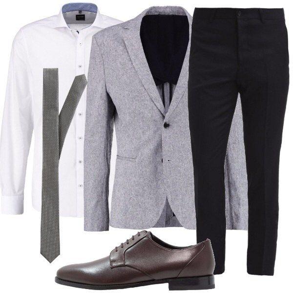 Un completo spezzato composto da pantaloni blu navy e giacca grigia chiara  in lino e cotone c238a73aeb5