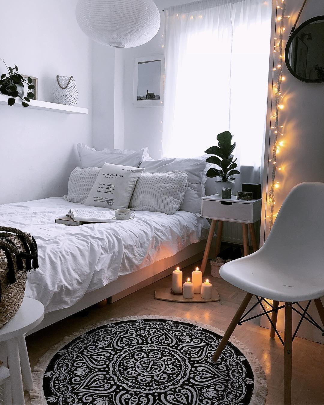 WHITE LIVING - Sommerleichte Interior-Eleganz! Manche mögens weiß! Denn die Farbe, die an Sonnenterrassen von Ibiza bis Capri, an blühende Hortensien und Kokos-Eis erinnert, ist der ultimative Sommerton. Ob für glamouröse Accessoire-Orgien oder Stylings von schlicht bis chic, die Nichtfarbe passt einfach perfekt ins Zuhause und mit Accessoires in unseren Mode-Alltag. // Schlafzimmer Ideen Skandinavisch Weiss Bett Einrichten#Schlafzimmer #Schlafzimmerideen#Skandinavisch #Bett @allyundmax_home #skandinavischwohnen
