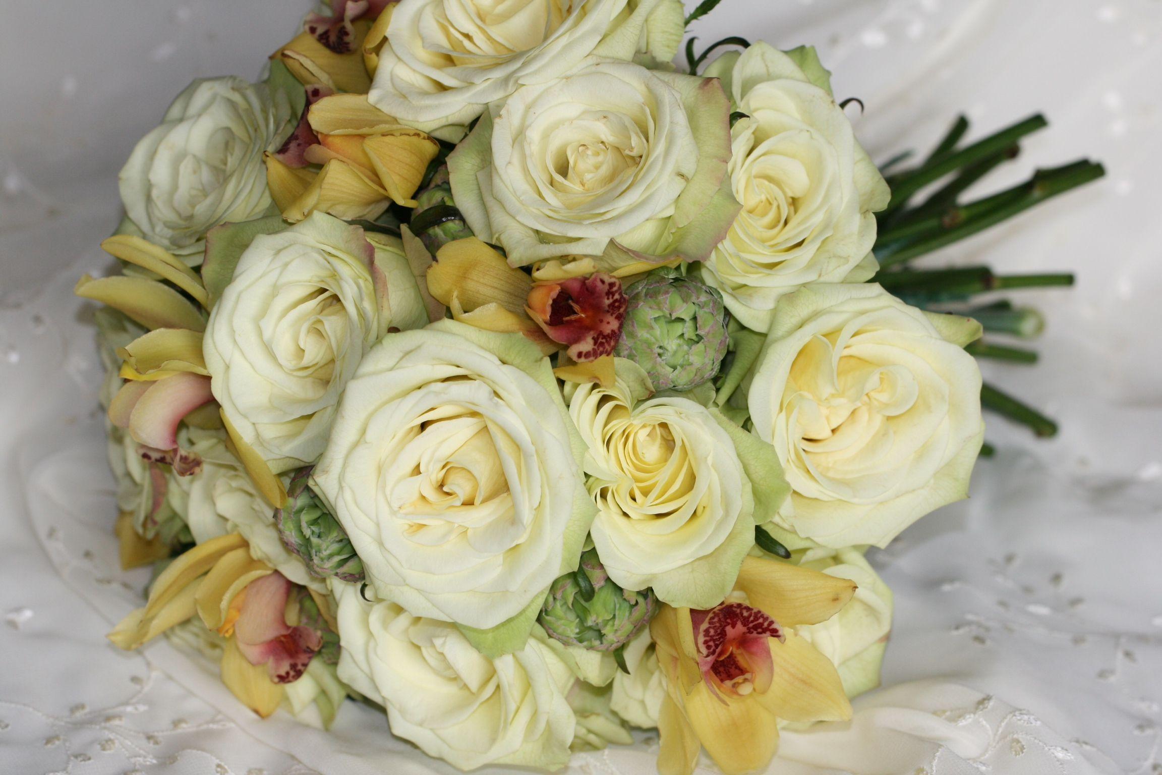 Green and creamy yellow lush #wedding bouquet. teresaferrando.com