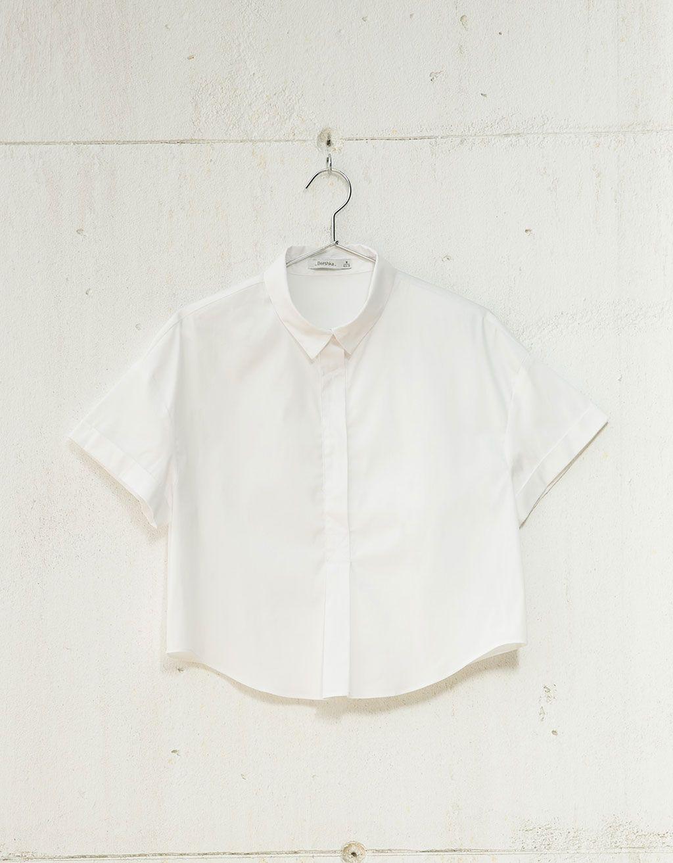 Camisa manga curta. Descubra esta e muitas outras roupas na Bershka com novos artigos cada semana