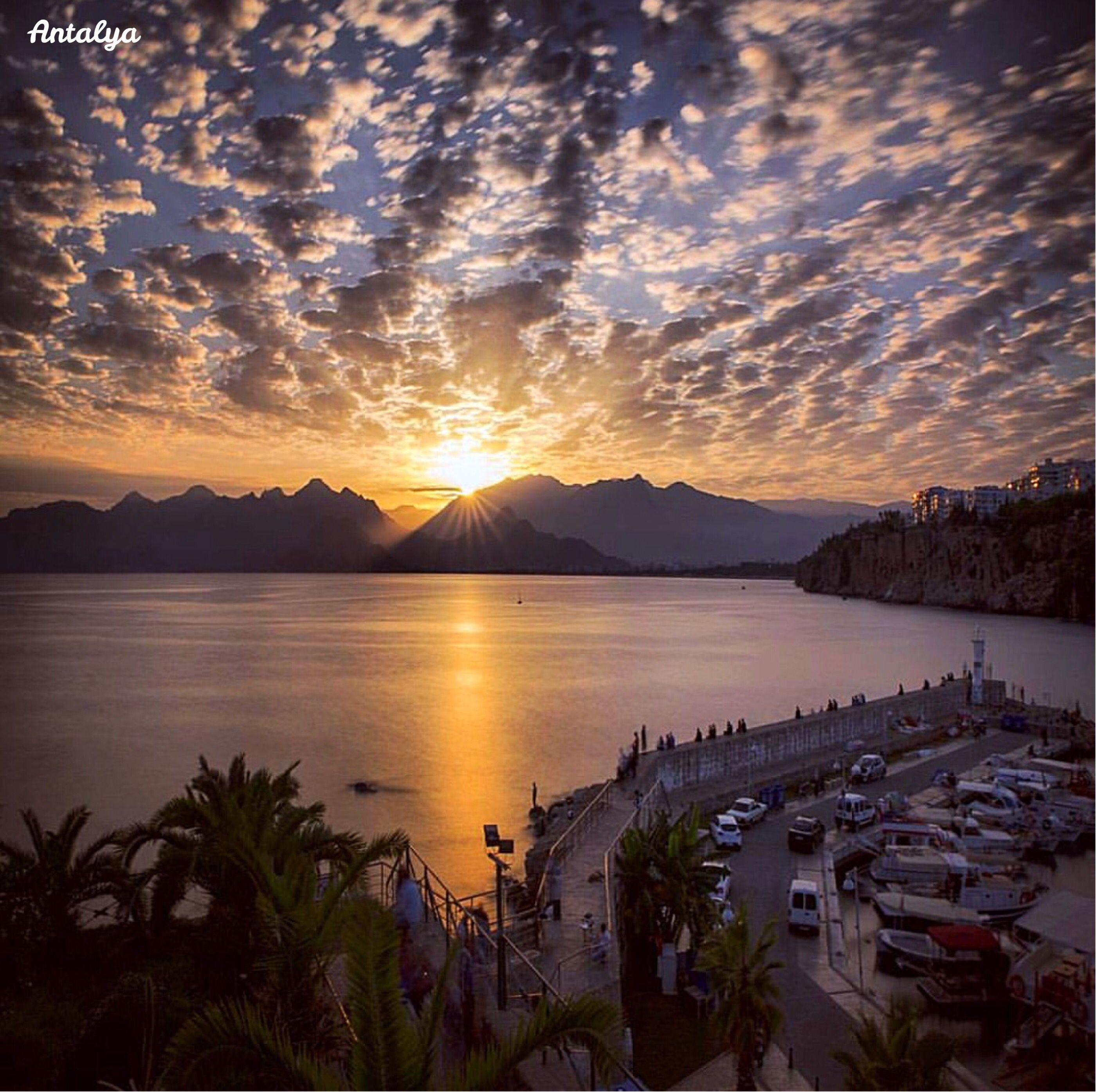 從安塔利亞老城碼頭欣賞地中海的落日美景。 ©onderkoca