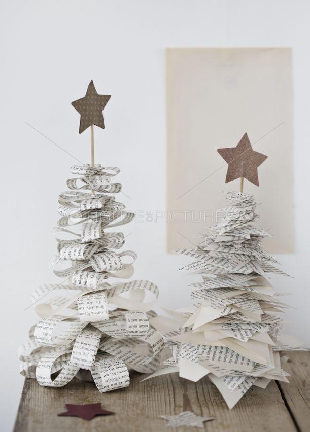diy weihnachtsdeko, weihnachtsbäume aus zeitungspapier streifen ... - Diy Weihnachtsdeko