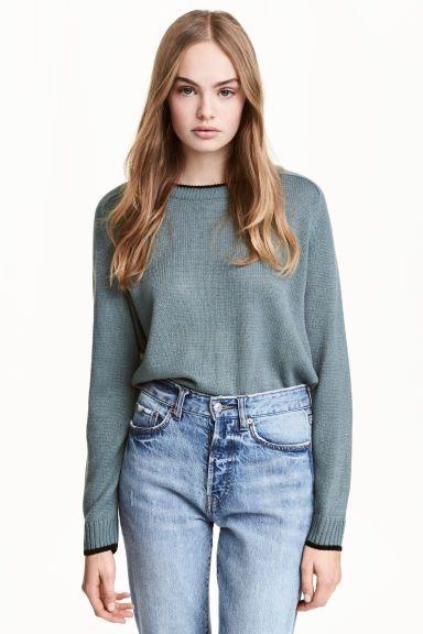 Camisola em malha: Camisola em malha macia. Modelo ligeiramente mais curto com mangas raglan compridas e punhos e cós canelados.