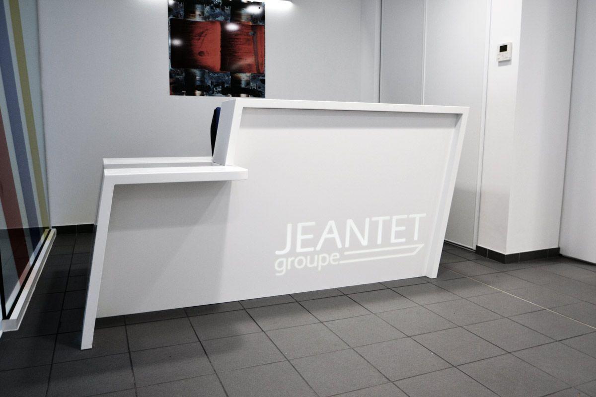 banque d 39 accueil sur mesure avec logo r tro clair visitez cet am nagement de locaux http. Black Bedroom Furniture Sets. Home Design Ideas