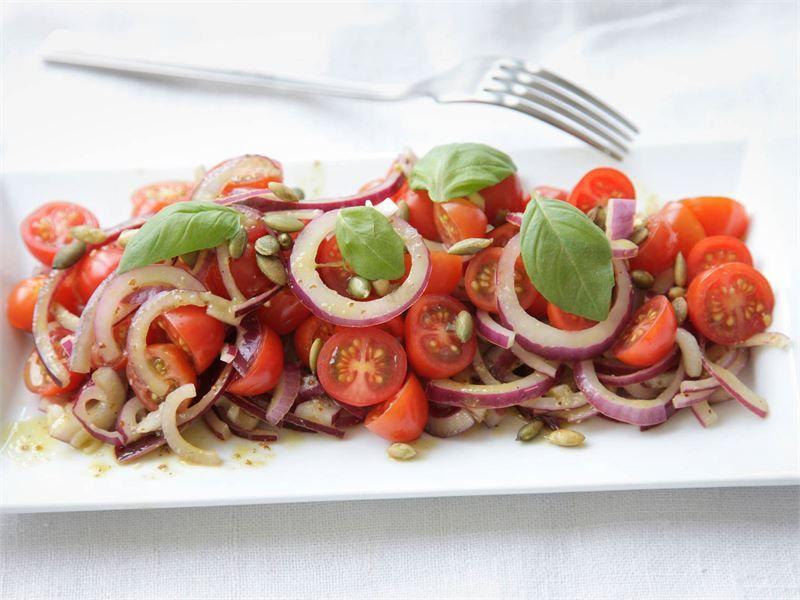 Raikas ja makeahko salaatti; lisäkkeeksi lihalle ja kalalle ja loistava grilliruokien kaveri.