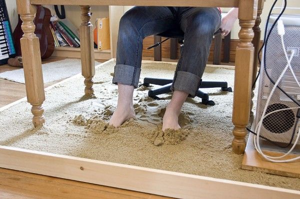 """Massachusetts-basedartistJustin Kempplaced large sandbox underneath hisdeskand transformed hisofficeinto abeach.Justin called his project """"Surfing With the Sand Between My Toes"""""""