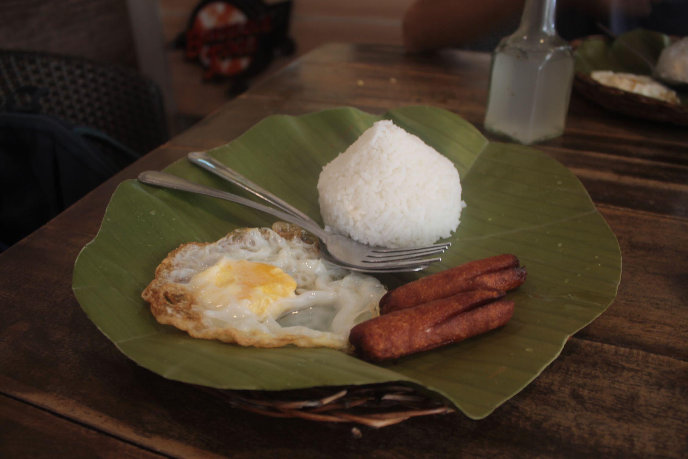 Arroz con huevo frito y longaniza