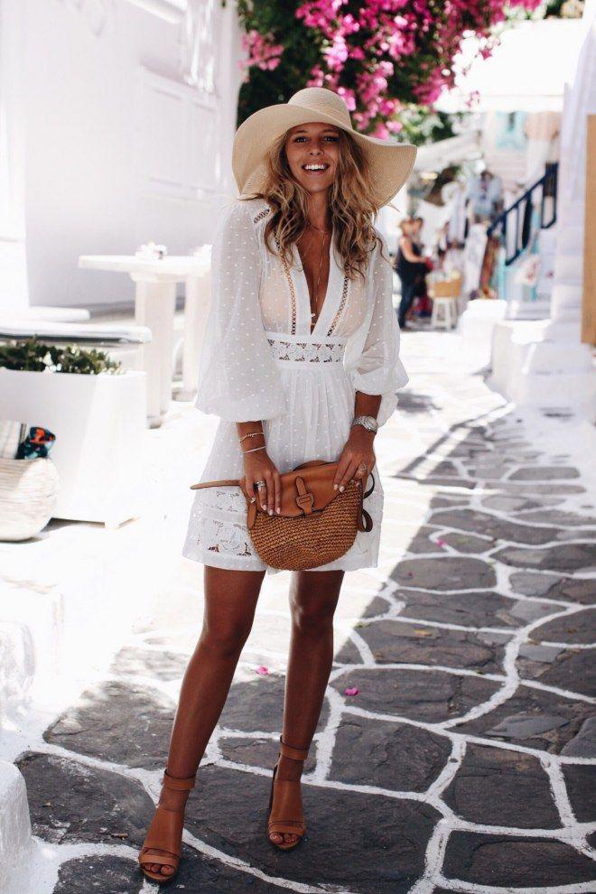 Weißes Kleid kombinieren: Sommerlich mit Strohhut, Sandaletten und Korbtasche – Summer outfits
