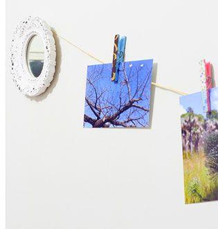 """Uma opção diferente e estilosa para decorar a parede da sua casa! Fácil de fazer, o<a href=""""http://bbel.com.br/decoracao/post/bbel-viu-e-gostou/varal-fotografico"""">varal fotográfico</a> deixa sempre à vista boas lembranças. Veja opções para montar o seu varal!"""