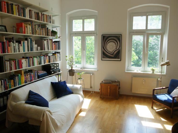 einrichtungsidee gem tliches wohnzimmer in sanierter altbauwohnung mit parkettboden und. Black Bedroom Furniture Sets. Home Design Ideas