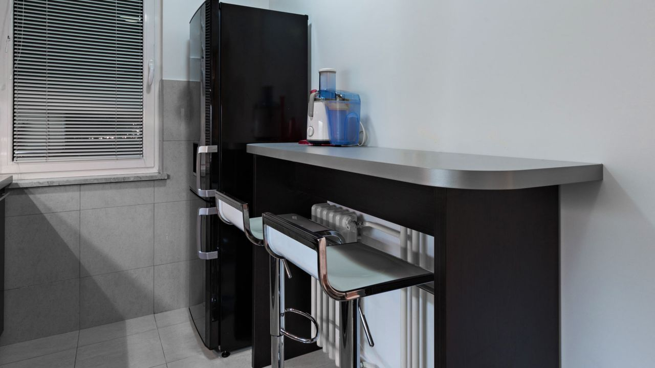 Cocina alargada negra y gris   Gris, Color negra y Cocinas