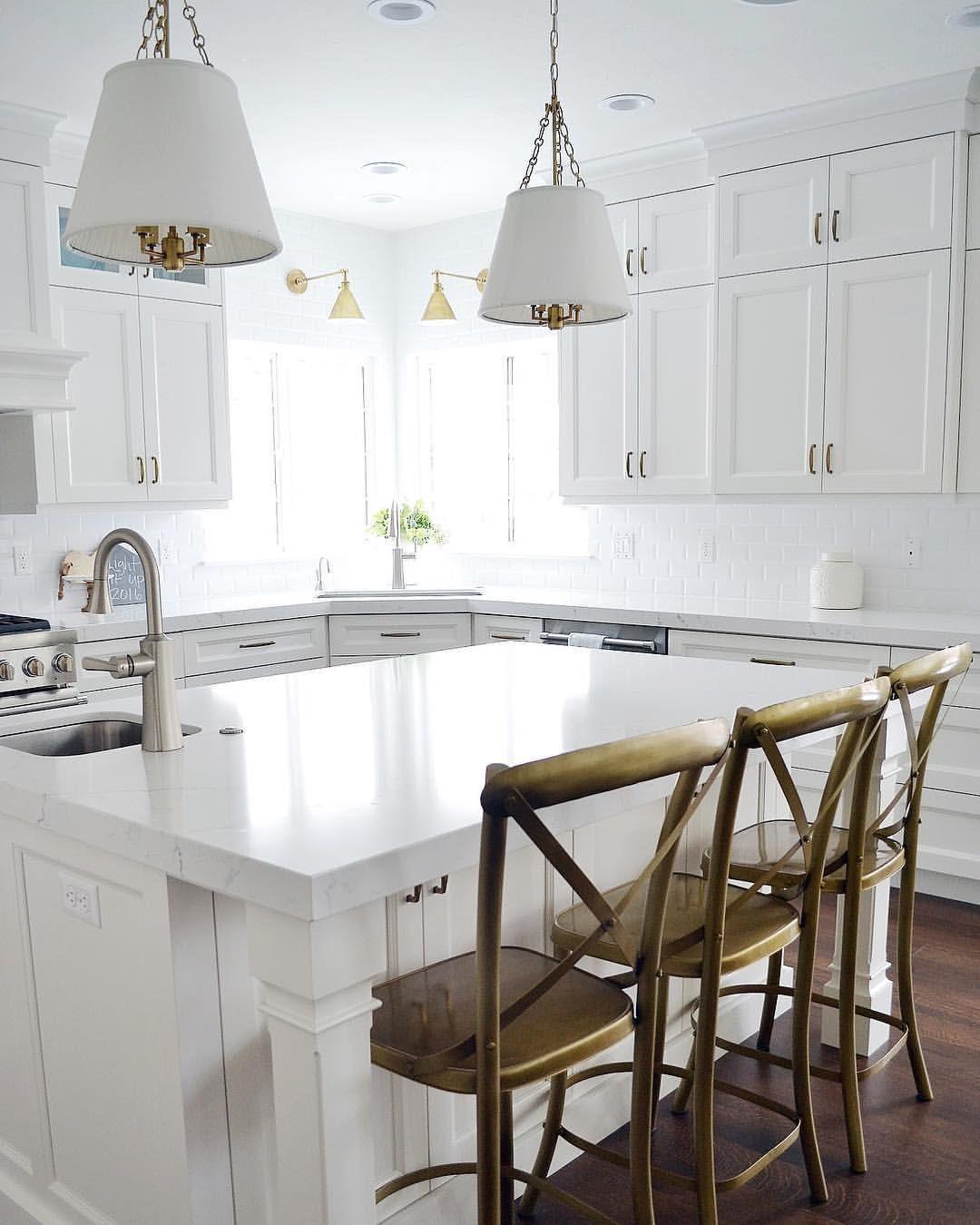 992 Likes 13 Comments Sita Montgomery Sitamontgomeryinteriors On Instagram I M Lovin Classic White Kitchen Home Kitchens Kitchen Inspirations