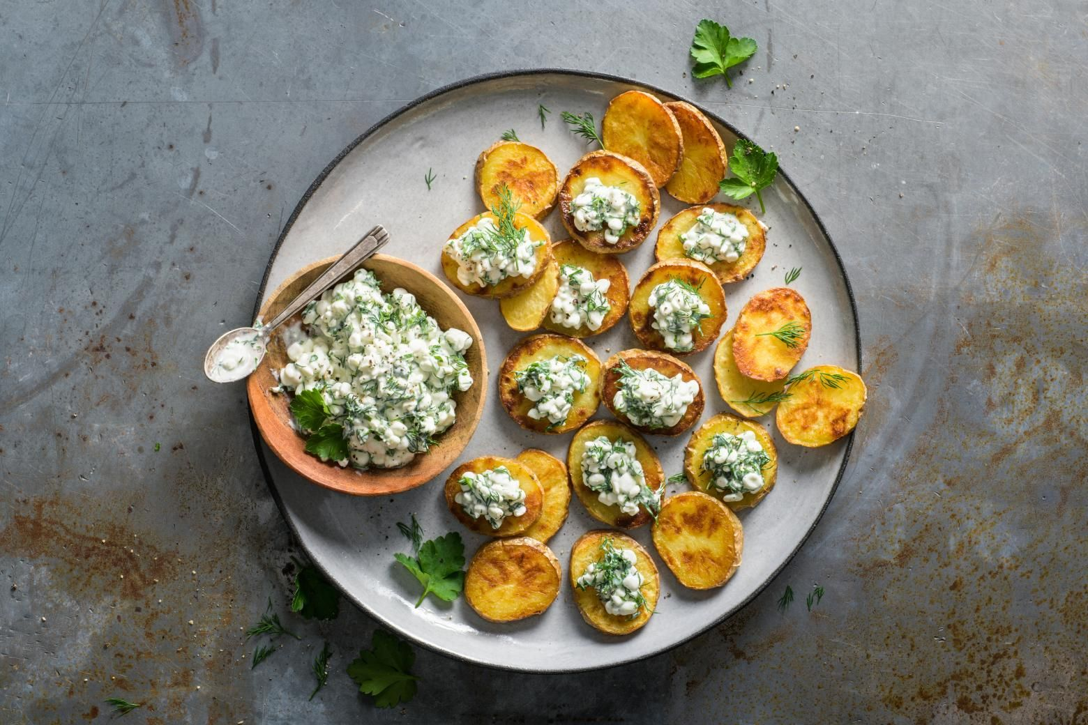 Kartoffelscheiben Mit Huttenkasesalat Recette Pomme De Terre Alimentation Recette
