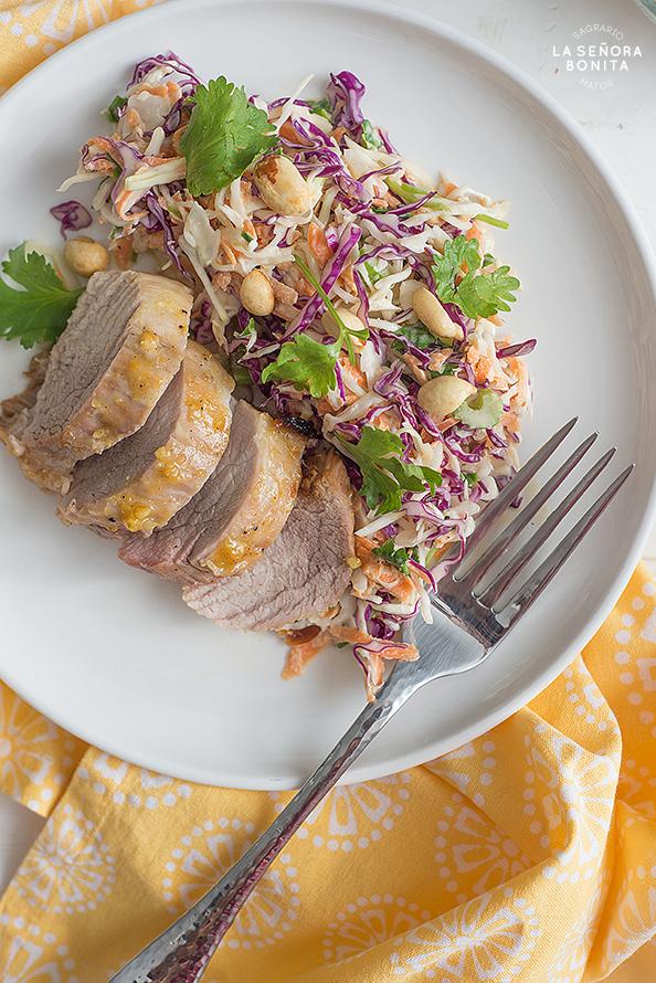 Lomo de Cerdo en Salsa de Miel y Mostaza con Ensalada Tricolor
