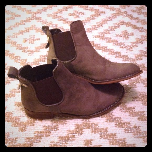 c62ce07bed7d Steve Madden Leather Ankle Boots Brown leather flat ankle boots. Elastic on  the sides as