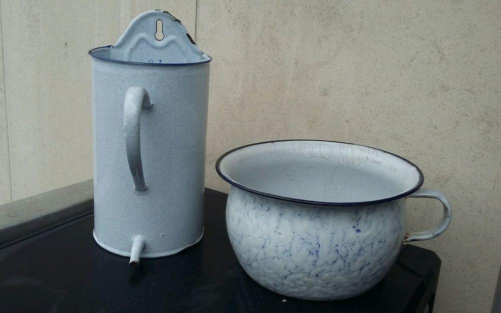 Pot A Lavement Fontaine Et Pot De Chambre Email Les Anciens Medecine Vintage Enamelware Enamelware Decorative Jars