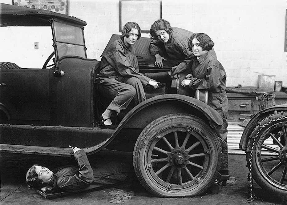 Unas chicas aprenden la mecánica del automóvil en la Central High School de la ciudad de Washington (EEUU). Imagen de 1927.