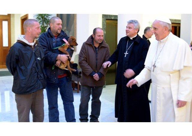 Pape François - Pope Francis - Papa Francesco - Papa Francisco- Papa visita moradores de rua no novo dormitório próximo ao VaticanoRádio Vaticano