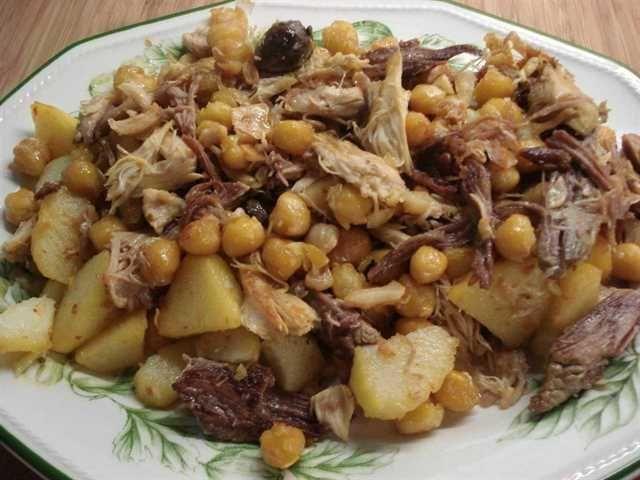 Ropa vieja. Uno de esos platos que se consume mucho en las Islas pero que a la hora de elaborarlo, no encuentras dos recetas iguales. Aquí explicamos una de las recetas más tradicionales de canarias.