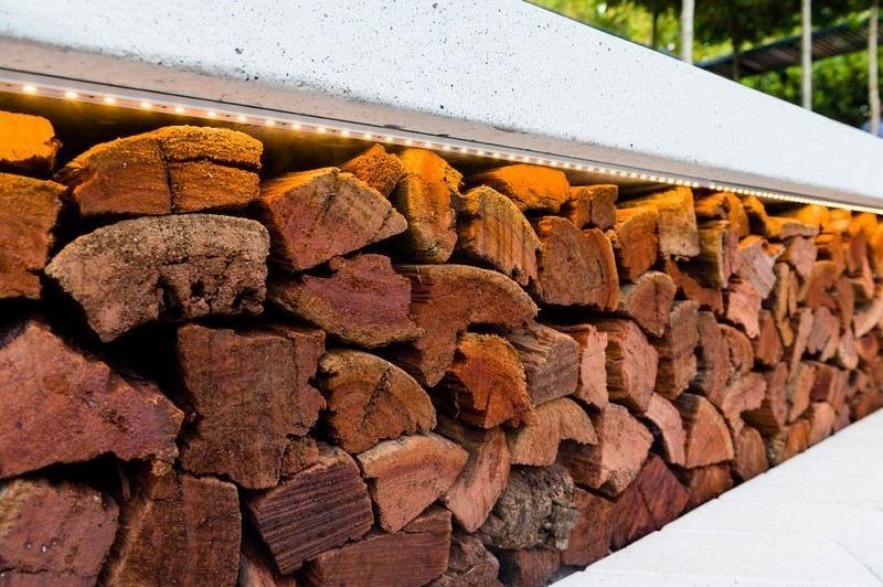 Unter der Betonbank gibts Stauraum für Holz