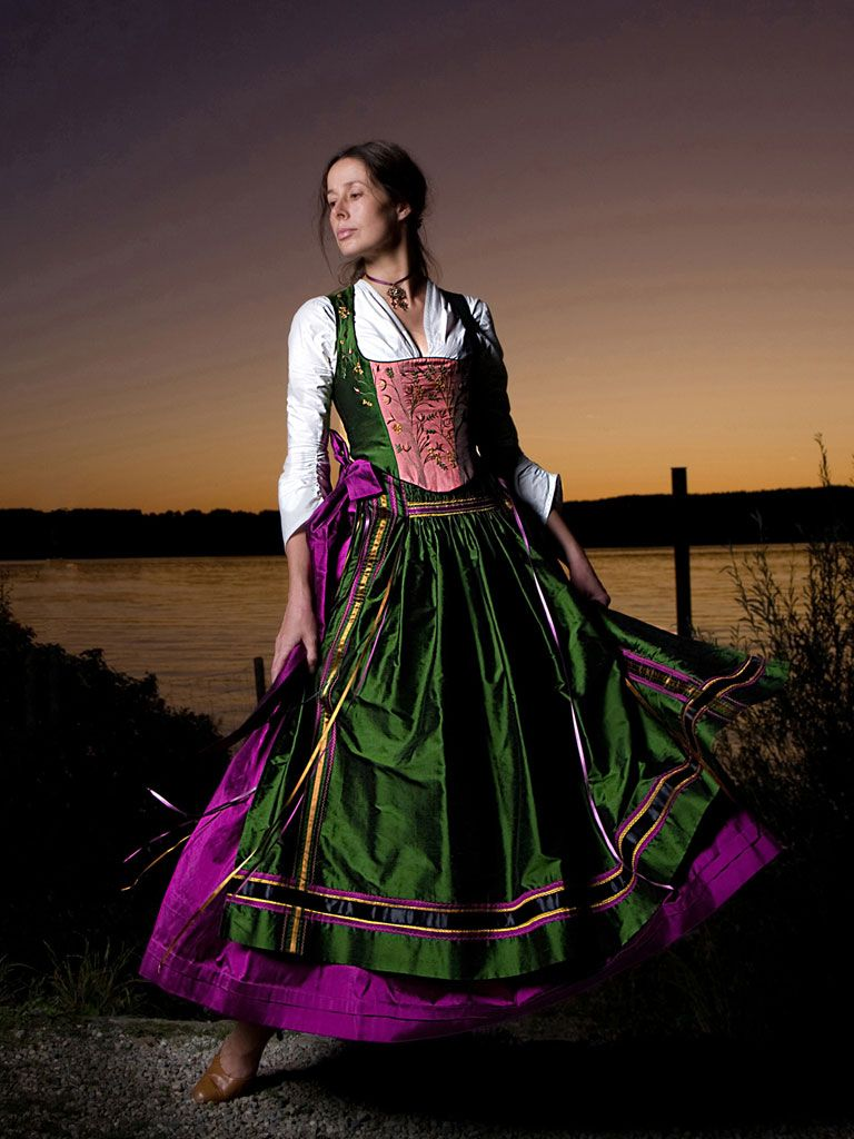 dirndl in gr n rosa lila dirndl couture michaela keune. Black Bedroom Furniture Sets. Home Design Ideas