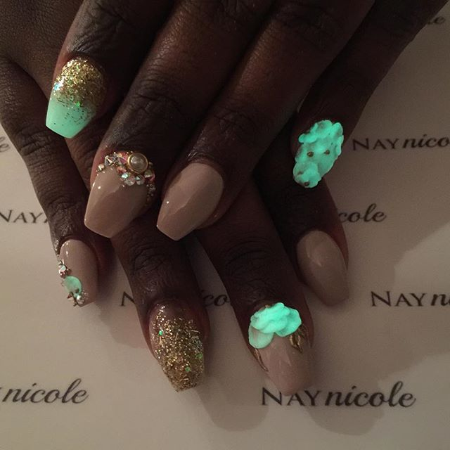Custom glow powder from @naynicolenaildelights #nails2inspire ...