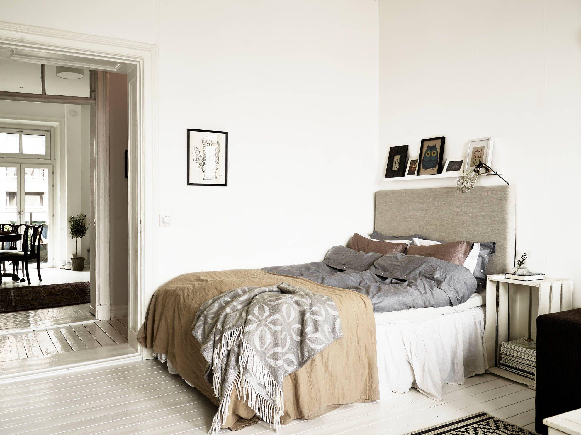 une chambre dans des tons gris bruns beige blanc bois