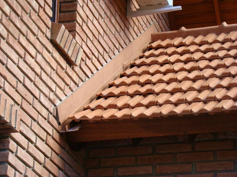 Encuentro entre techo de tejas con un muro no hay for Canaletas para techos de madera