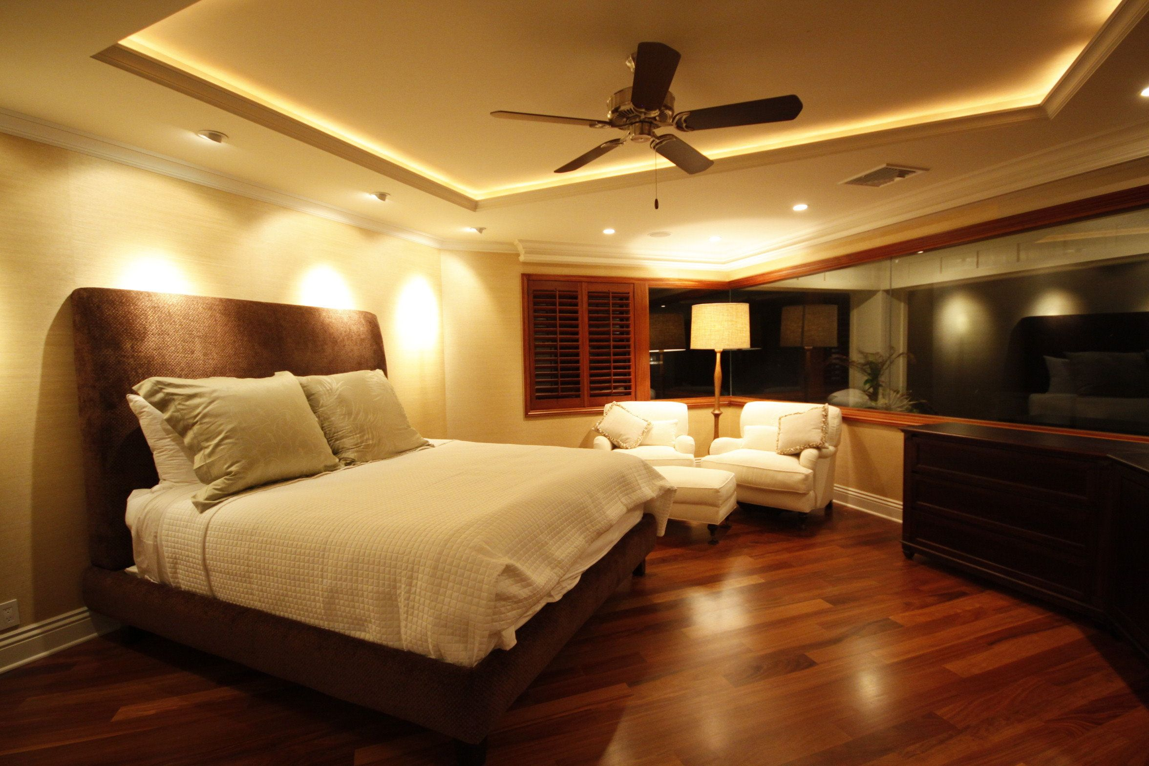 Appealing master bedroom modern decor with wooden floors for Bedroom lights decor