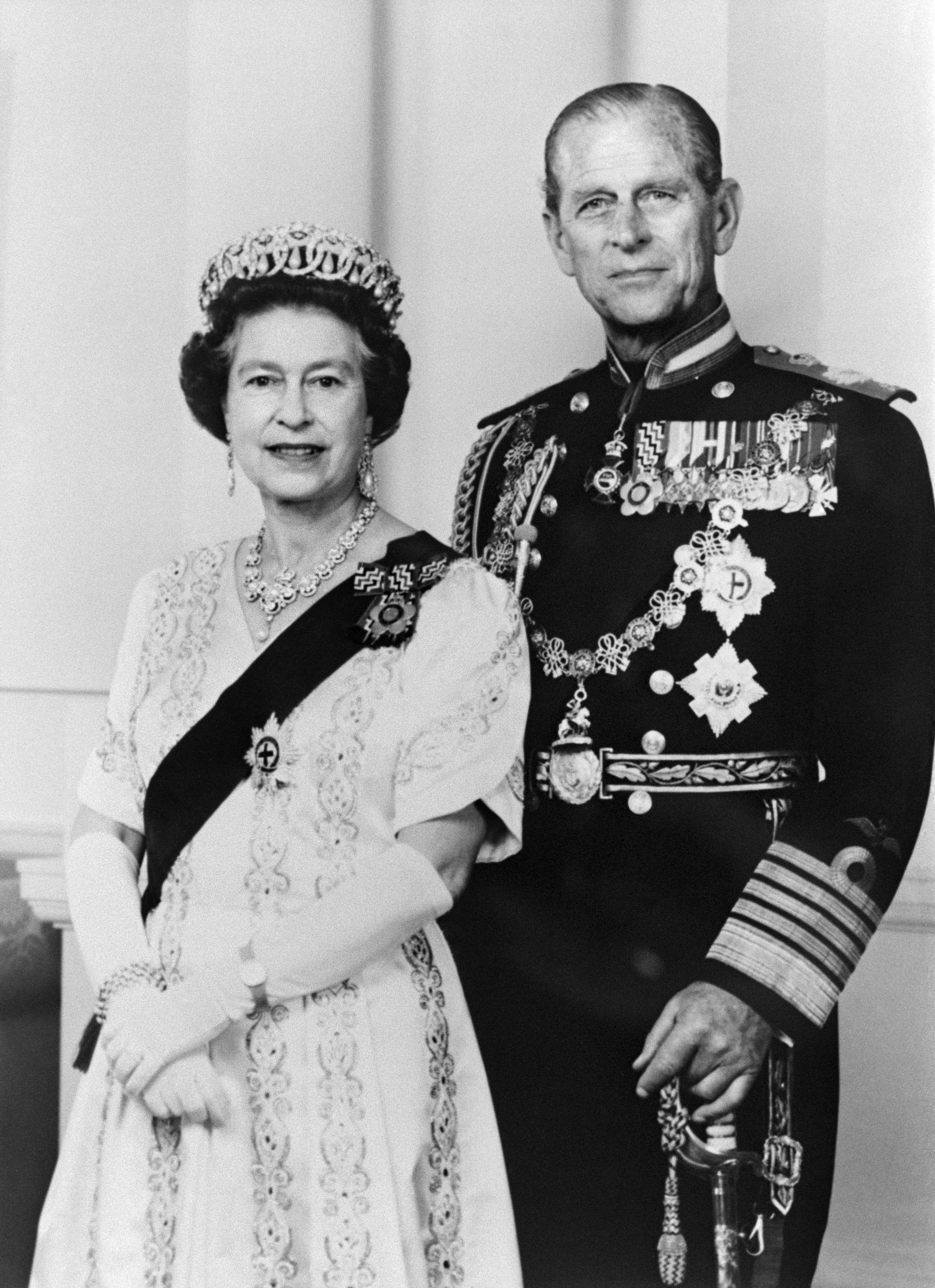 Le immagini con cui la coppia reale festeggia le nozze di ferro, insieme a  una selezione di foto della loro lunga vita insieme.