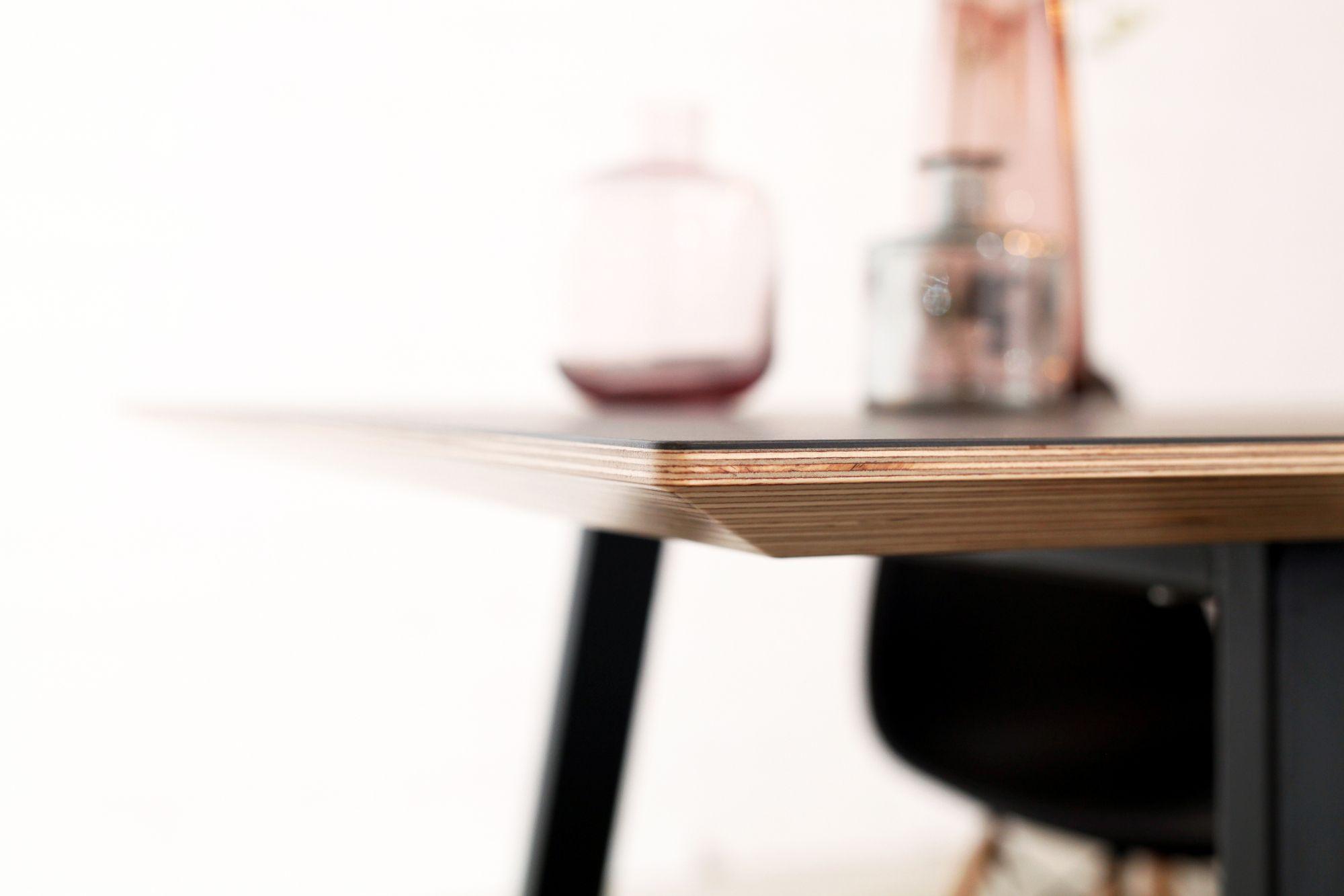 Esstisch JOONA mit dunkler Linoleumoberfläche im Detail. Von Goldau & Noelle.