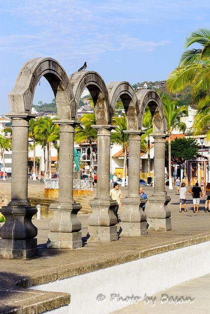 El Anfiteatro Los Arcos es el punto de encuentro para disfrutar todo tipo de eventos; desde conciertos y presentaciones de baile, hasta shows de payasos y bellos atardeceres. #PuertoVallarta #Mexico