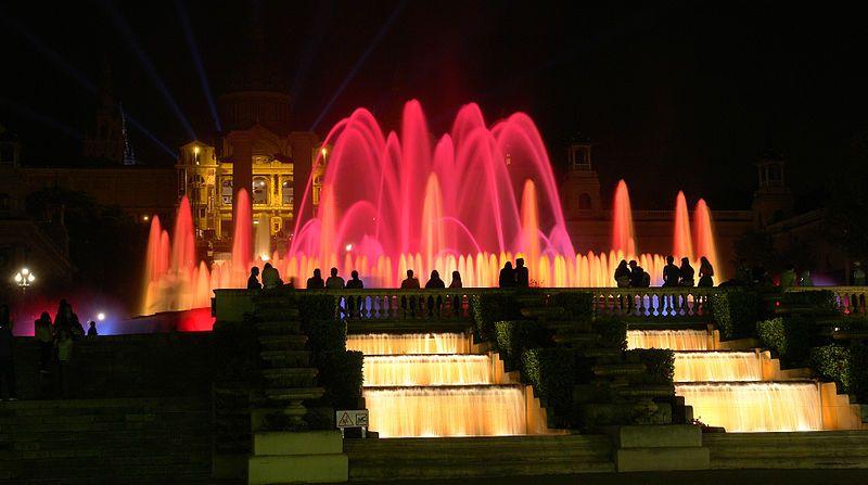Los Colores De Las Fuentes De Montjuic En Barcelona Con Imagenes Fuentes Ciudades Barcelona