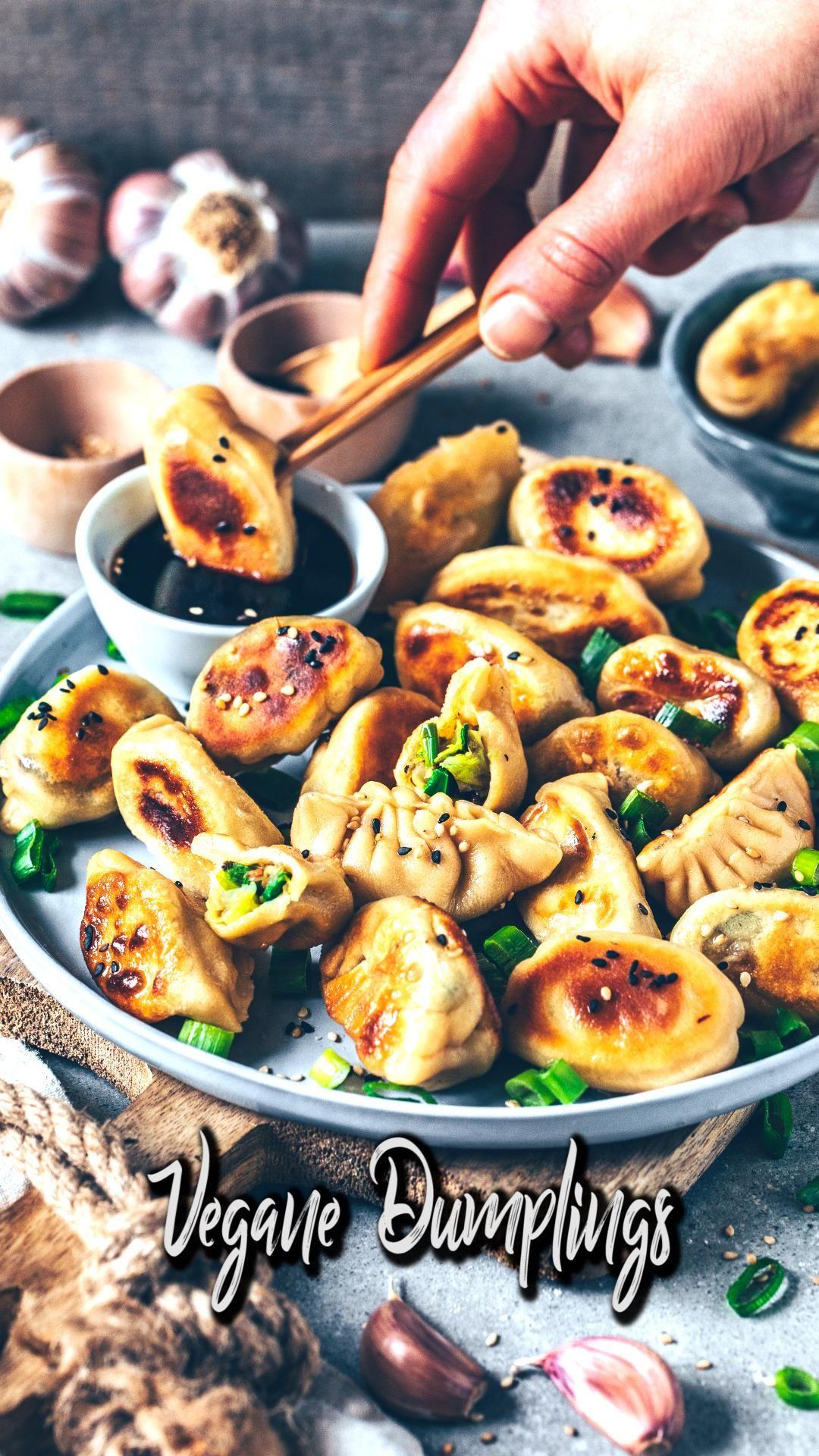 Knusprig gebratene Vegane Dumplings (Gyoza mit Gemüsefüllung) sind japanische Teigtaschen, auch Jiaozi genannt. Sie bestehen aus einem hausgemachten Dumpling-Teig und sind mit gesundem Gemüse gefüllt. Dieses Rezept ist ziemlich einfach und enthält eine Schritt-für-Schritt-Anleitung. #dumplings #gyoza #teigtaschen #vegan #veganerezepte #rezeptvideo #rezepte