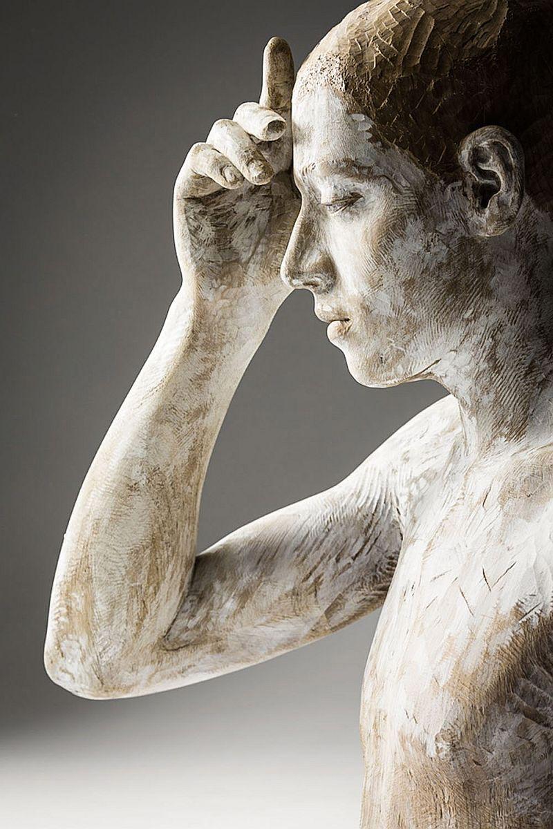 La serena belleza de las obras de Bruno Walpoth casi hace que no sean percibidas como esculturas hasta que uno las mira con cierta atenci...