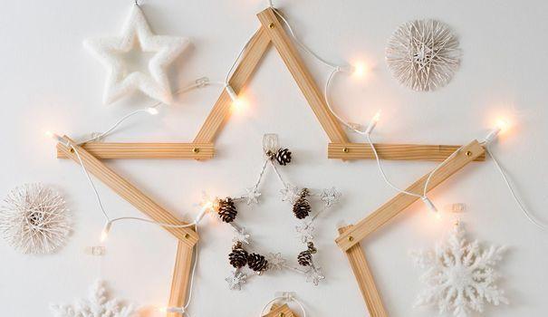 Envie d'avoir une déco de Noël originale, chic et pas chère ? C'est décidé on s'y met et on fait soi-même. Une solution ludique facilitée par les kits existants et les rayons de loisirs créatifs qui regorgent de bonnes idées. Voici notre sélection des DIY déco de Noël tendance !