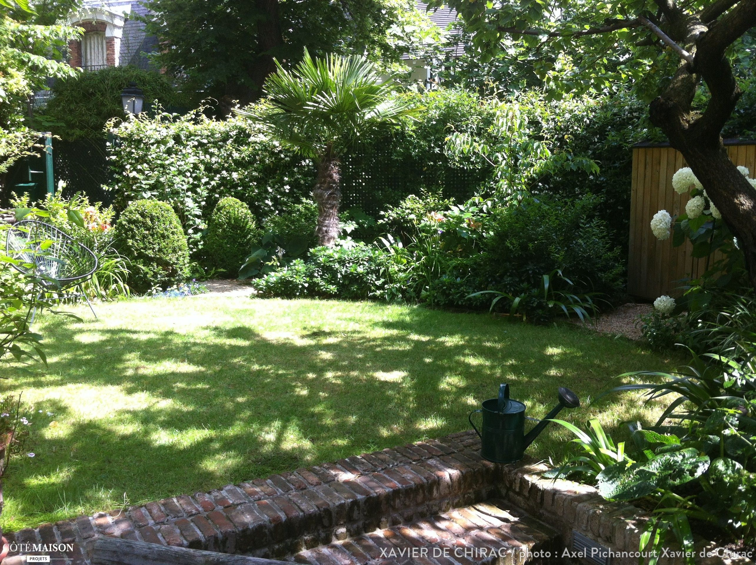 Un tr s petit jardin plant d 39 un abricotier de roses d - Petit jardin romantique tours ...